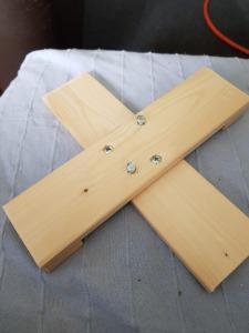 Het houten kruis door PD9HK gemaakt.